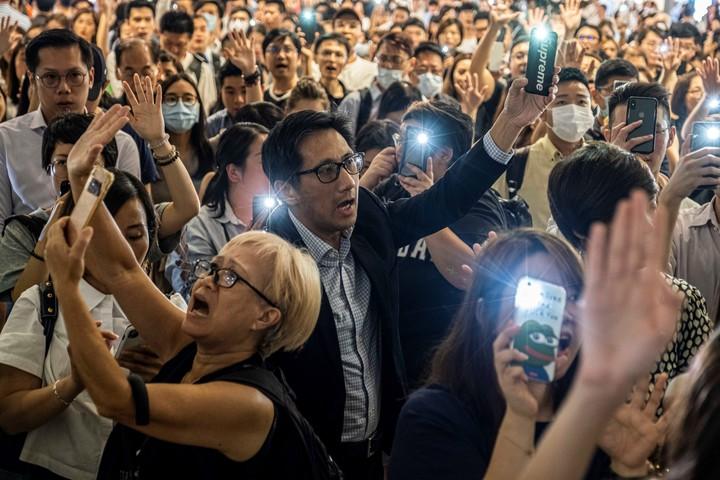 Manifestantes cantan canciones de protesta en un mall de Hong Kong./ Lam Yik Fei /The New York Times