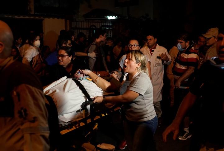 Pacientes son evacuados del hospital en Río de Janeiro. / AP