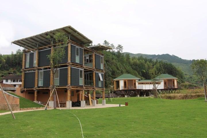 Baoxi, China. Allí, Cárdenas Laverde acaba de terminar su Casa Experimental Energéticamente Eficiente con estructura de caña.