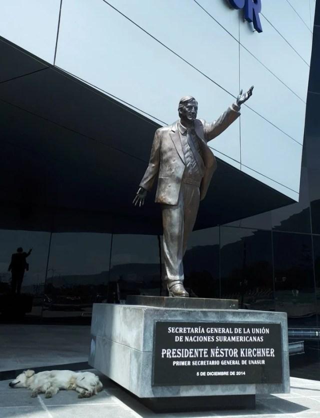 La estatua de Néstor Kirchner estaba colocada en los exteriores del edificio de la Unasur. Foto: EFE/ Elías L. Benarroch