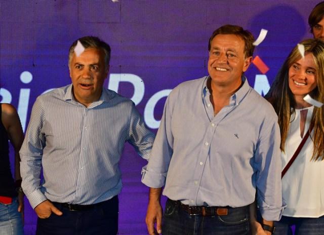 Alfredo Cornejo y Rodolfo Suárez celebran en el búnker en Mendoza.