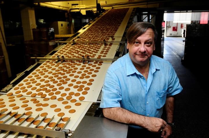 Hugo Basilotta notes in the Guaymallen alfajores factory fabrica Guaymallen.  Photo Fernando of the Order