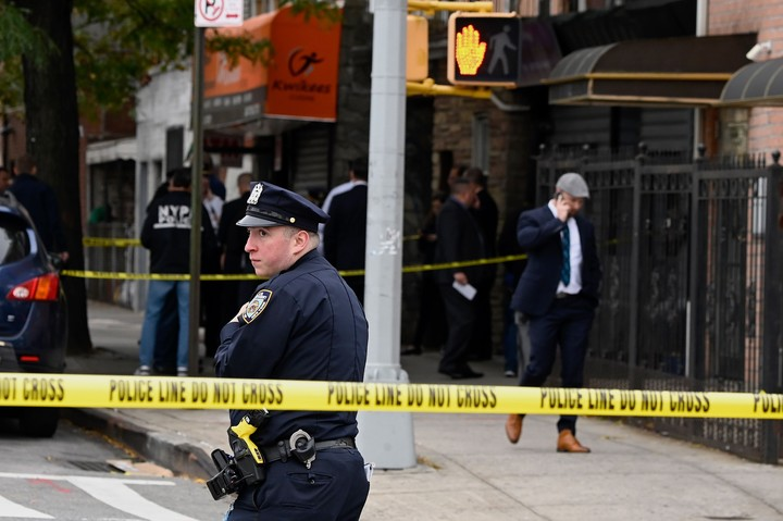 La Policía de Nueva York en Brooklyn luego de un tiroteo en el que murieron cuatro personas y al menos cinco resultaron heridas. (Foto: AFP).