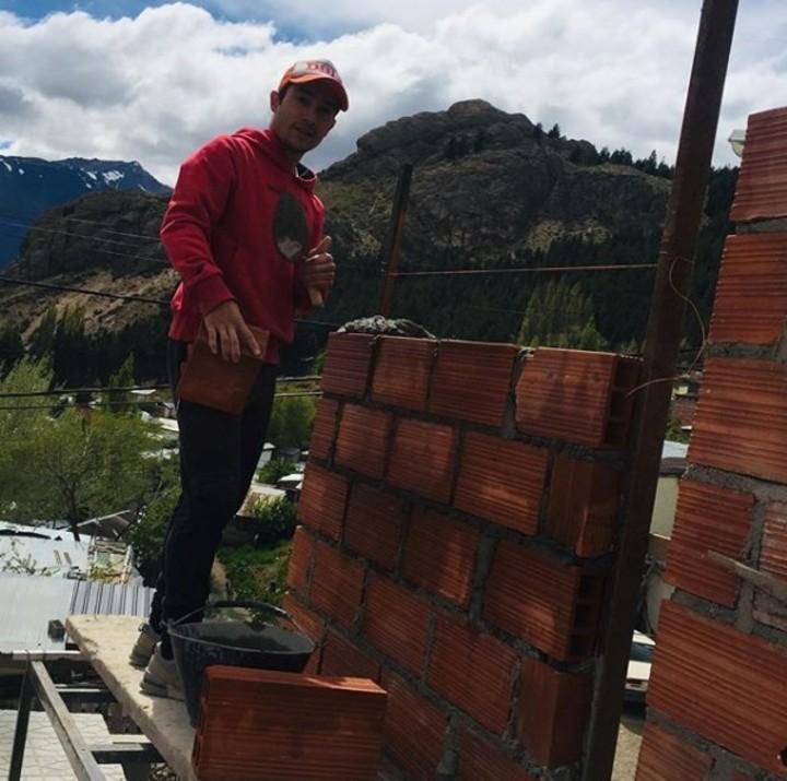 Joaquín Arbe, levantando una pared en su casa de Esquel en 2019. Foto: instagram @joaquinarbe2508