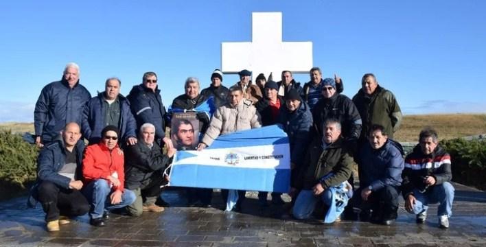 Ex combatientes de Malvinas llevaron al Atlántico Sur una lámina con el cuadro de Ghigliazza.