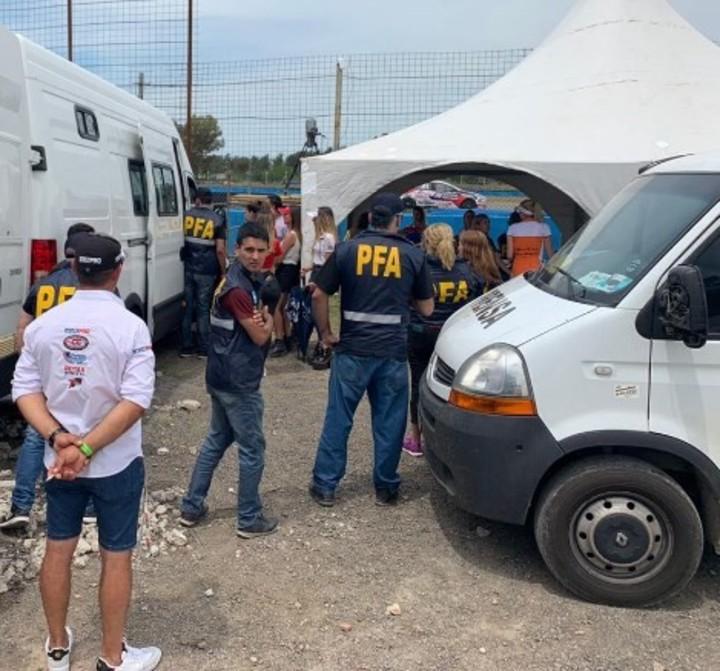 Tras los operativos, hubo tres detenidos y 15 víctimas fueron liberadas.