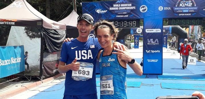 La confraternidad entre Jim Walmsley y Francesco Puppi, campeón y subcampeón mundial de montaña en los 42 kilómetros, en Villa La Angostura. Foto: Prensa K42