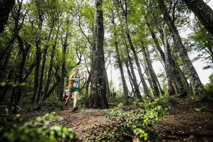 Los corredores recorrieron senderos dentro del bosque patagónico en el Mundial de Montaña, en Villa La Angostura. Foto: Prensa K42