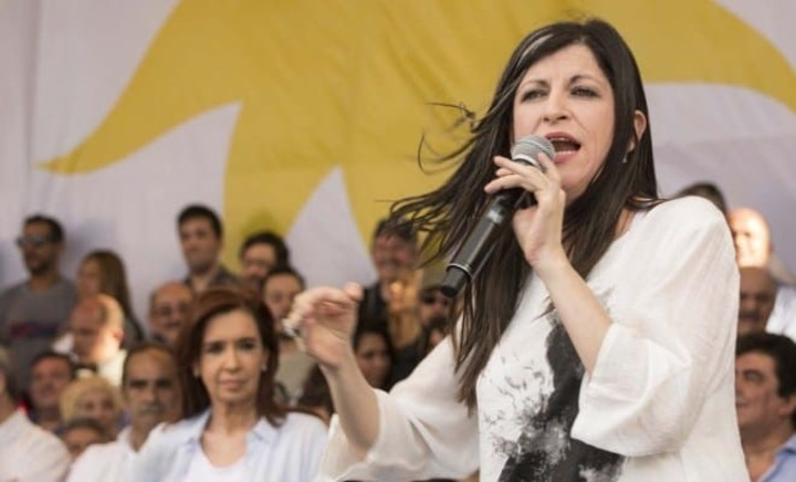 The economist Fernanda Vallejos, during the Buenos Aires campaign in 2017. Behind, Cristina Kirchner, with whom she shared the ballot.