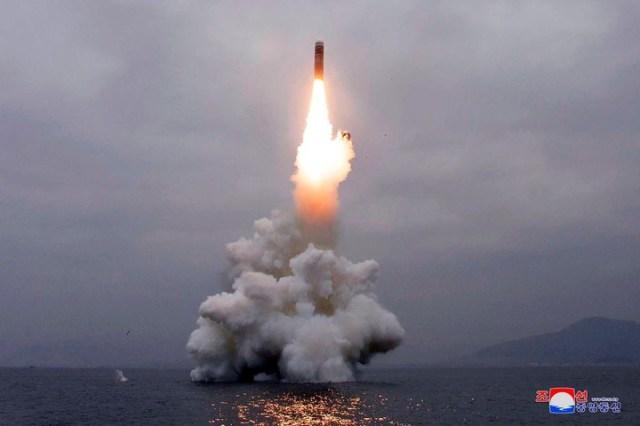 El disparo de misiles forma parte de una serie de acciones militares en un momento en que el régimen está tratando de reforzar sus capacidades de defensa. /KCNA via AP, Archivo/