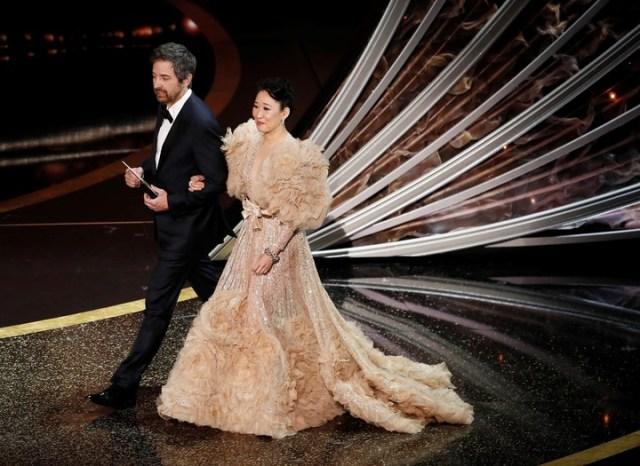 Volados y más volados, en el vesido de Sandra Oh, para los Oscar 2020 (EFE/EPA/ETIENNE LAURENT).