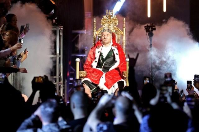 Fury ingresó al ring vestido de rey y en un trono alzado por sus colaboradores, sin esfuerzo. (Al Bello/Getty Images/AFP)