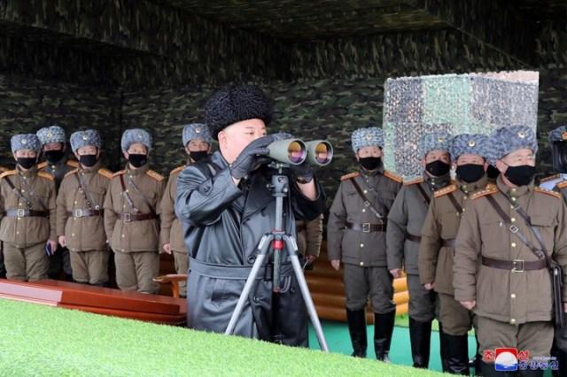 Kim Jong-un, líder del régimen norcoreano, supervisando la última prueba militar de su ejército. /Korean Central News Agency/Korea News Service via AP/