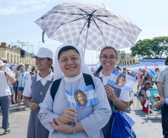 Mujeres religiosas que se dieron cita este domingo para escuchar la palabra de monseñor Ojea. Foto: Mario Quinteros