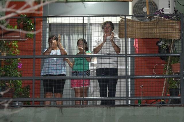 Se sintió fuerte el cacerolazo para reclamar que los políticos se bajen los sueldos. Foto: Marcelo Carroll.