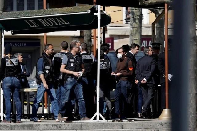 El ministro del Interior de Francia, Christophe Castaner, se acercó a la localidad de Romans sur Isere, tras el ataque a puñaladas que dejó dos muertos. /EFE