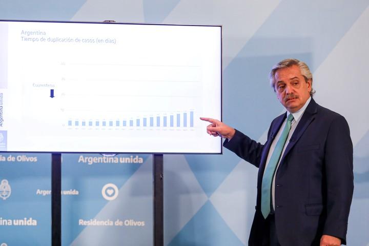 """Alberto Fernández usó una serie de gráficos para mostrar el """"éxito"""" de la cuarentetena en Argentina. Foto: Reuters"""
