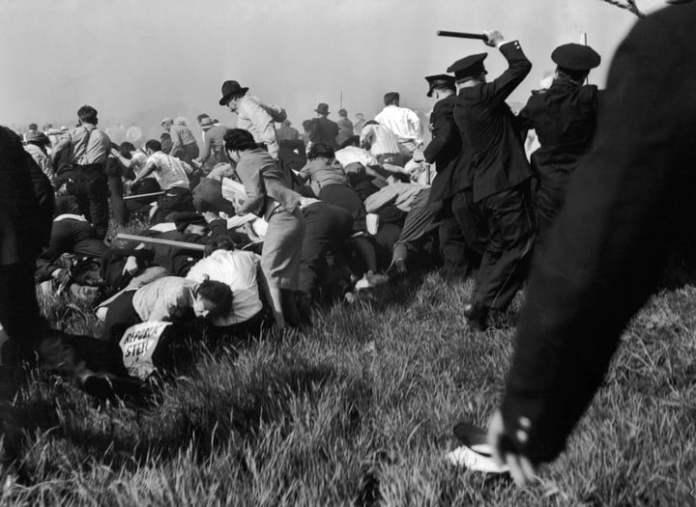 El 30 de mayo de 1937 la policía reprime a manifestantes en las afueras de la fábrica Chicago's Republic Steel. (AP Photo/Carl Linde, File)