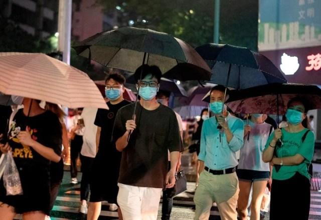 Una calle de la ciudad de Shenzhen, en China, bajo la lluvia este viernes. /AFP