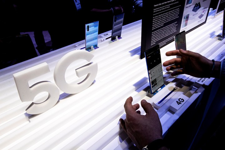 Most of the mid-range phones coming out in the world already come with 5G.  Photo EFE.
