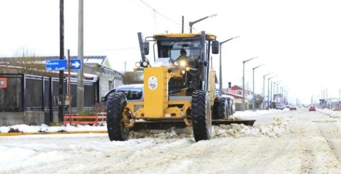 Las máquinas viales sacando la nieve y el hielo de las calles de la Ciudad.