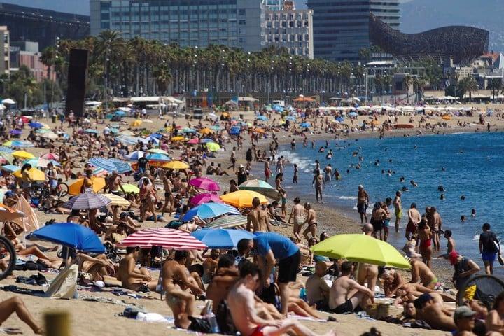 Así lucía la playa de San Sebastián, España, el 19 de julio, país en el que la cuarentena está teniendo que retroceder. /EFE