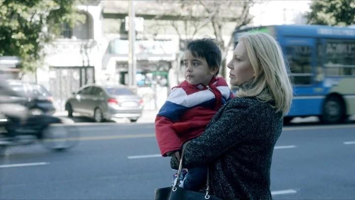 """Cecilia Roth, en """"Crímenes de familia"""", con el hijo de Yanina fuera y dentro de la película. Foto/Netflix Media"""