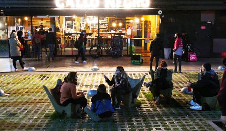 Las reuniones sociales, hasta ahora sólo permitidas en espacios públicos, se podrán hacer en patios, terrazas y jardines de viviendas privadas.