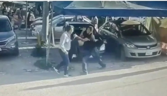 The father of an allegedly abused young woman, in black, attacks the abuser.  It happened in Guanajuato, Mexico.