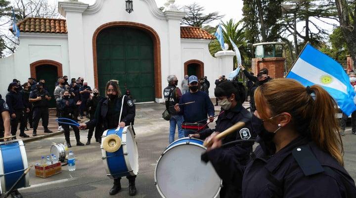 Policías bonaerenses protestaron frente a la Quinta de Olivos y rechazaron una propuesta para reunirse con el Presidente. Foto Marcelo Carroll