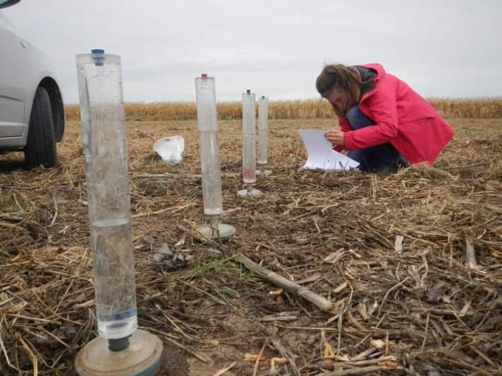 Mediendo los niveles de infiltración del agua al suelo mediante permeámetros.