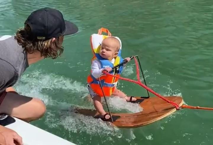 El bebé de seis meses mira a su padre desde el agua. El video recibió críticas. Captura de Instagram