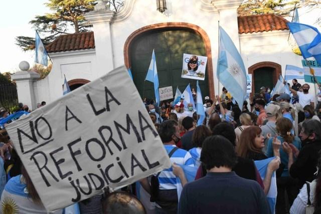 Algunos manifestantes se acercaron hasta la quinta presidencial de Olivos. Foto: Marcelo Carroll.