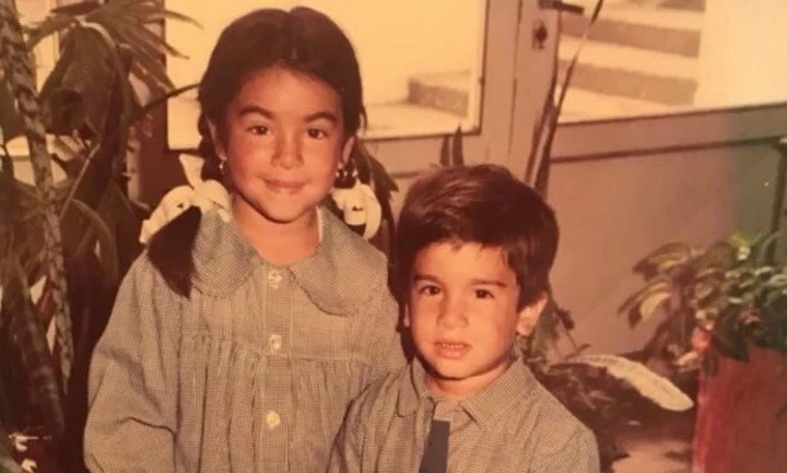 Angela Leiva as a child, with her brother in the '90s.