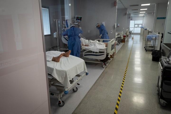 Unidad de Terapia Intensiva UTI donde están los pacientes graves que requieren respiradores mecánicos. Mendoza.