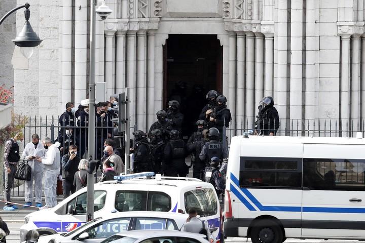 A las nueve de la mañana, el atacante entró con un cuchillo a la basílica de Notre Dame, en pleno corazón de Niza. Foto: EFE