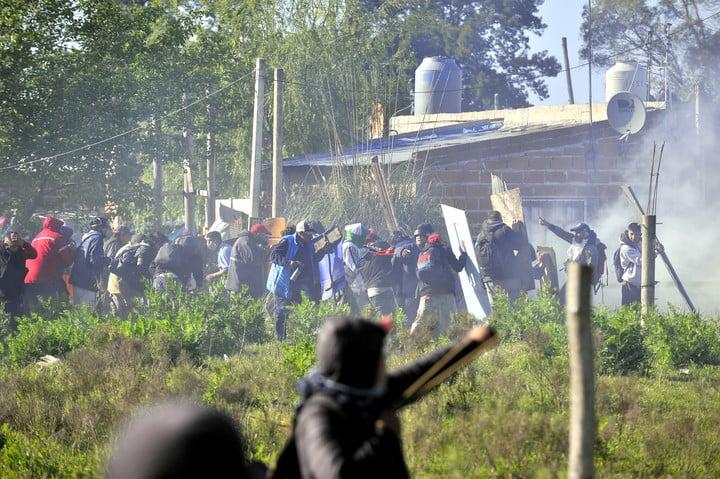 Un grupo de usurpadores se enfrenta con la Policía. Foto Maxi Failla.