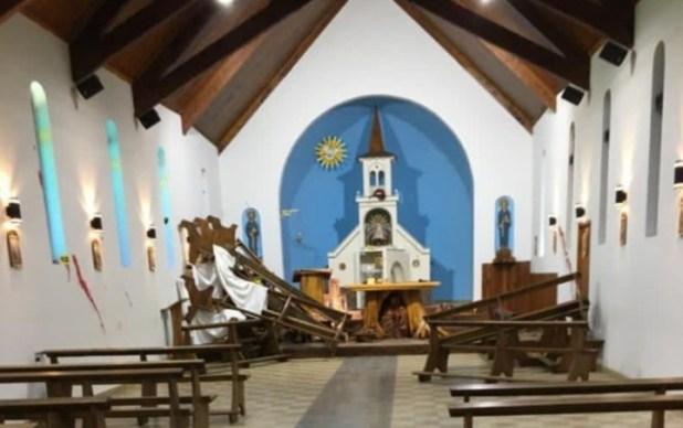 Los bancos de la iglesia todos apilados. Fuente Twitter @CarlosEguiaUno