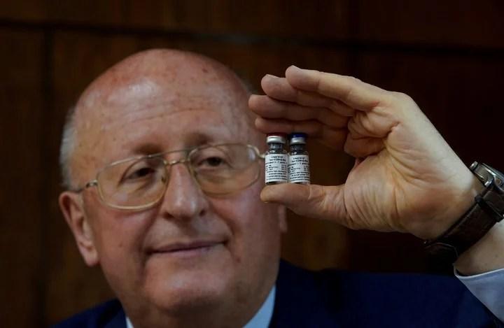 Alexander Gintsburg, director del centro Gamaleya, muestra una dosis de la vacuna. Foto: Reuters