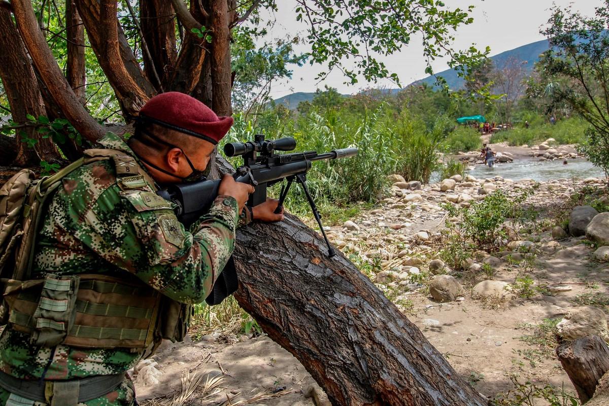 """Un francotirador del Ejército colombiano vigila las """"trochas"""" o senderos ilegales en la frontera entre Colombia y Venezuela, cerca del Puente Internacional. Foto: Schneyder Mendoza / AFP"""