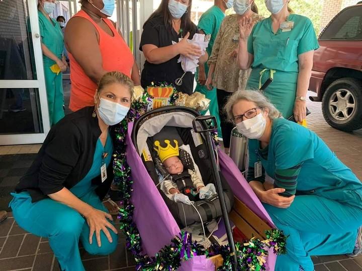 La afestuosa despedida del personal de salud del hospital en el momento en el que Russell, con una coronita dorada en la cabeza, se va del Hospital de Tulane Lakeside.