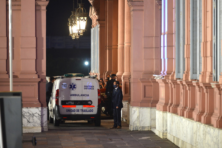 El momento en el que bajan el féretro de Maradon en la Casa Rosada. Foto Federico Imas