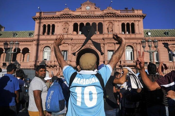 Un día después de la muerte de Maradona, la Casa Rosada recibió la visita de miles de fans Foto: Piovano/Bloomberg