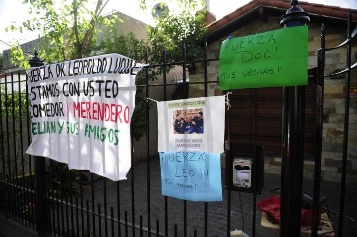 Apoyo de vecinos al doctor Leopoldo Luque, en su casa de Adrogué. Foto: Luciano Thieberger.