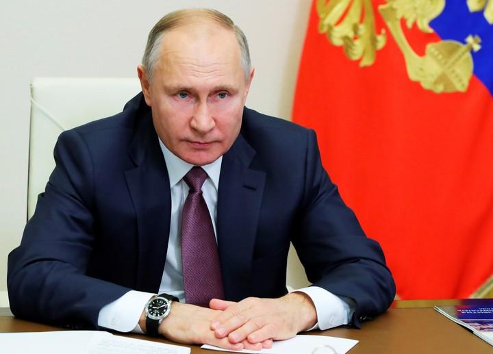 Der russische Präsident Wladimir Putin sorgte für Aufsehen, als er bekannt gab, dass er mit über 60 Jahren keinen russischen Impfstoff erhalten hatte.  / AP