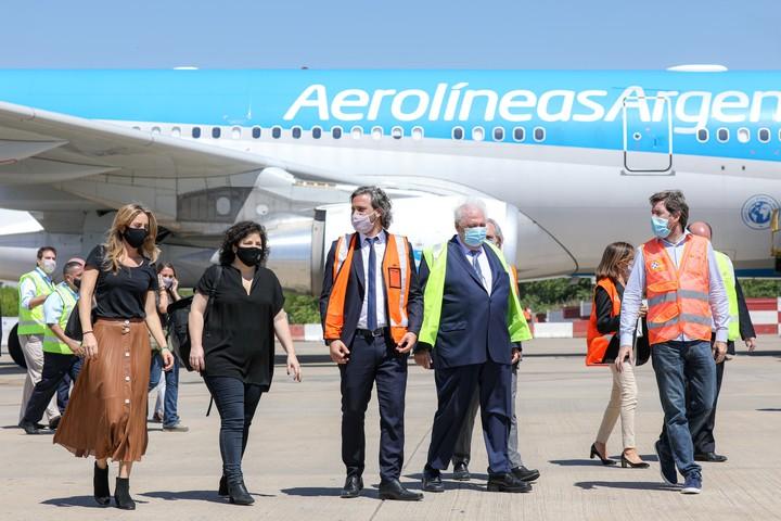 Die Ankunft des russischen Impfstoffs in Ezeiza an diesem Donnerstag mit dem Stabschef Santiago Cafiero und dem Gesundheitsminister Ginés Gonzalez García.  Foto JGM