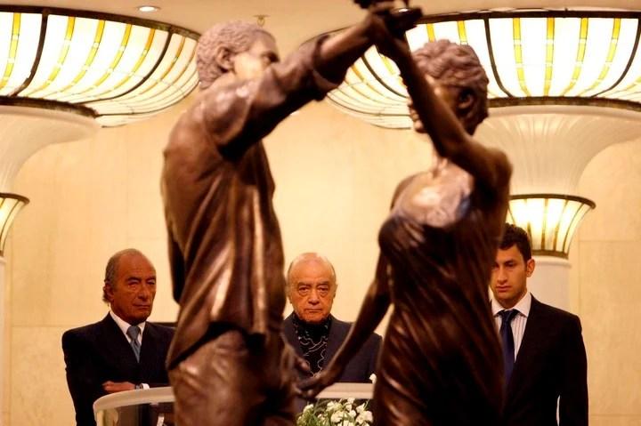 El millonario egipcio levantó una estatua de su hijo Dodi y Diana en los almacenes Harrods de Londres. (EFE)