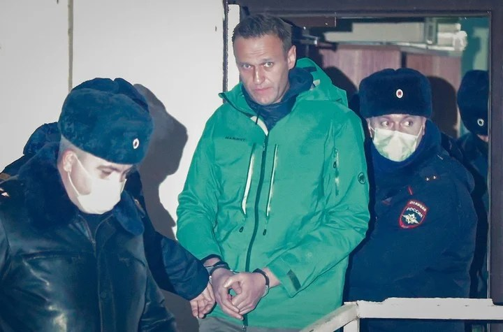 Russian opponent Alexei Navalni, handcuffed in a police station on the outskirts of Moscow.  Photo EFE