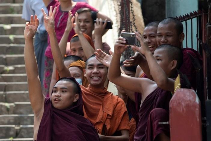Monjes budistas saludaron las protestas de este domingo. (Reuters)