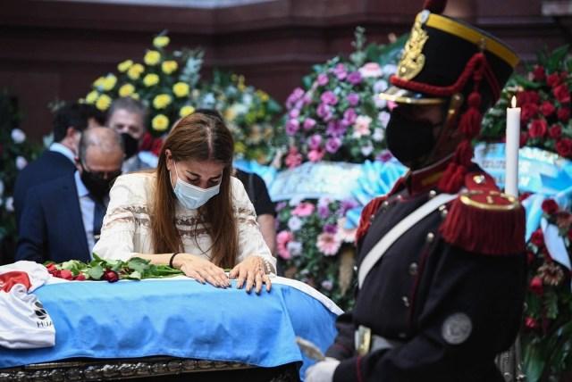 Zulemita se despide del ex presidente Carlos Saúl Menem durante su velatorio, en el Salón Azul del Congreso Nacional. Foto: EFE / EPA / Prensa del Senado Argentino